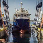 Με μια εντυπωσιακή επιχείρηση καθέλκυσης επέστρεψε στη θάλασσα το ερευνητικό σκάφος Φιλία